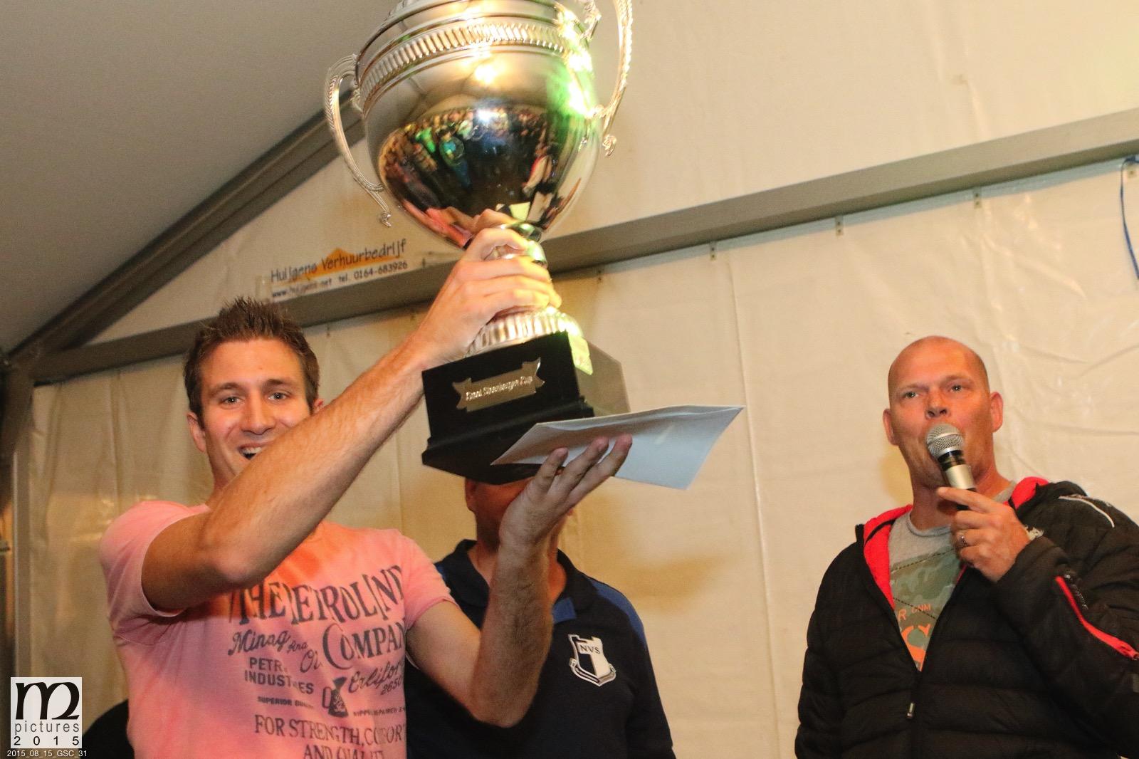 """V.V. """"Steenbergen"""" 1 wint de Groot Steenbergen Cup voorafgaand aan seizoen 2015/2016 op Sportpark de Danen in Nieuw-Vossemeer. Aanvoerder Wouter Boot ontvangt de bijbehorende beker."""